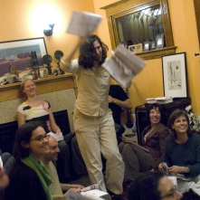 "42. Votare per posta: votare a casa a un voting party, Oregon, 2008. ""Voter dance"" at a Portland, Oregon, voting party. About two dozen people attended the house party, where they drank wine, sang, debated the issues and marked their ballots. «The Oregonian» (October 25, 2008)."