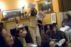 """42. Votare per posta: votare a casa a un voting party, Oregon, 2008. """"Voter dance"""" at a Portland, Oregon, voting party. About two dozen people attended the house party, where they drank wine, sang, debated the issues and marked their ballots. «The Oregonian» (October 25, 2008)."""