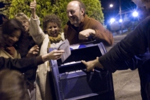 43. Alle urne dopo un voting party, Oregon, 2008. To the mailbox after a party to discuss issues and mark ballots. «The Oregonian» (October 25, 2008).
