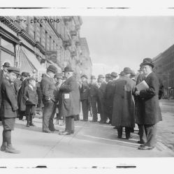 35. Uomini in fila di fronte a un seggio, 1913. Mayoralty Elections, New York City (November 4, 1913). Library of Congress Prints and Photographs Division, Washington, D.C.