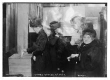 37. Corpi femminili: e poi votano anche le donne. Women voting at Pitt. No date. Library of Congress Prints and Photographs Division, Washington, D.C.