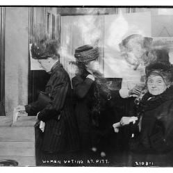 37. Corpi femminili: e poi votano anche le donne. Women voting at Pitt. No date. Library of Congress Prints and Photographs Division, Washington, D.C.